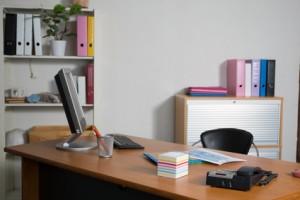 espace de travail avec bureau équipé