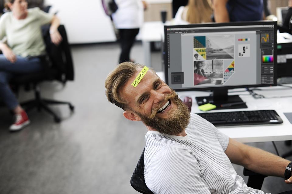 Sourire d'un employé lors d'un évènement d'entreprise